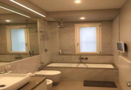 Bagno in marmo Carrara lucido con scanalature